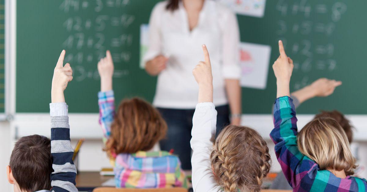 klassenzimmer kinder zeigen auf