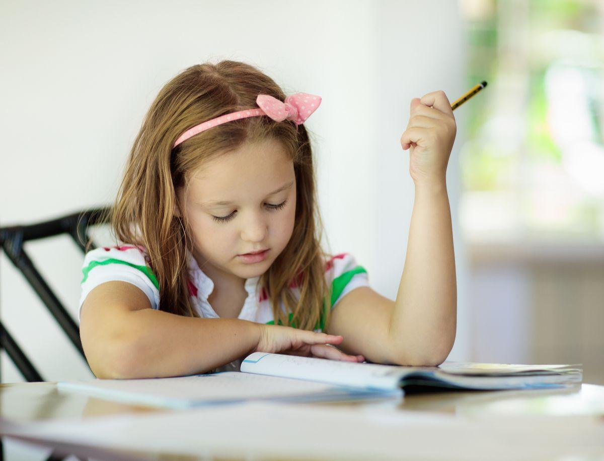 Mädchen lernt am Tisch