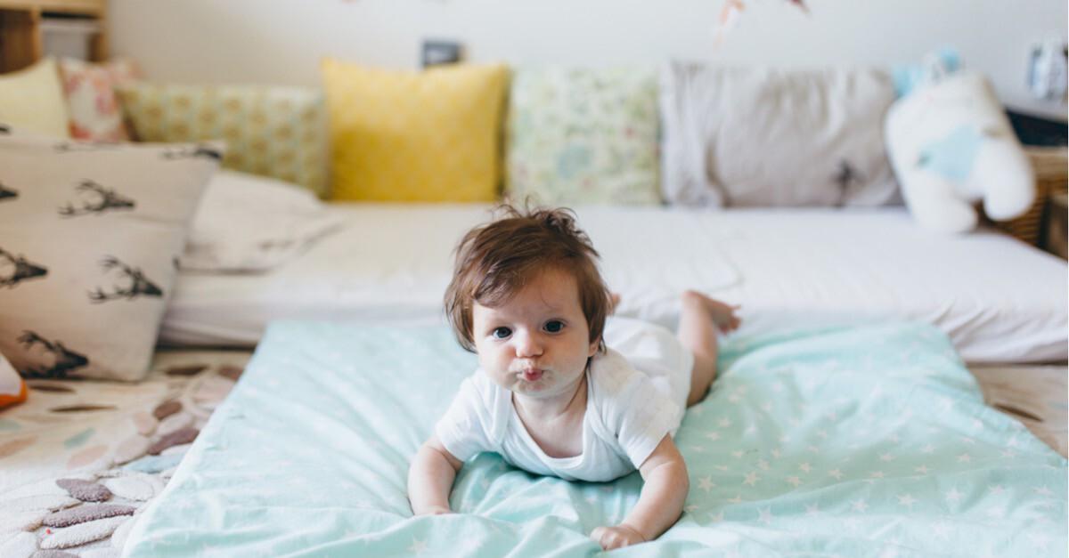 Baby im Montessori Babyzimmer