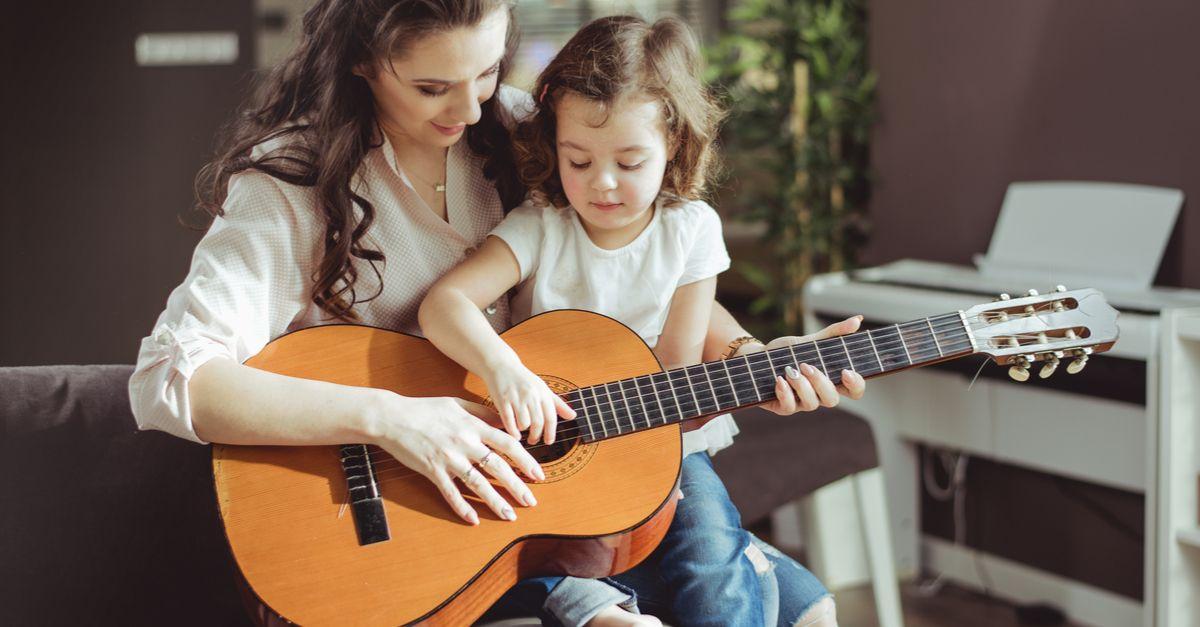 Mama und tochter spielen gitarre