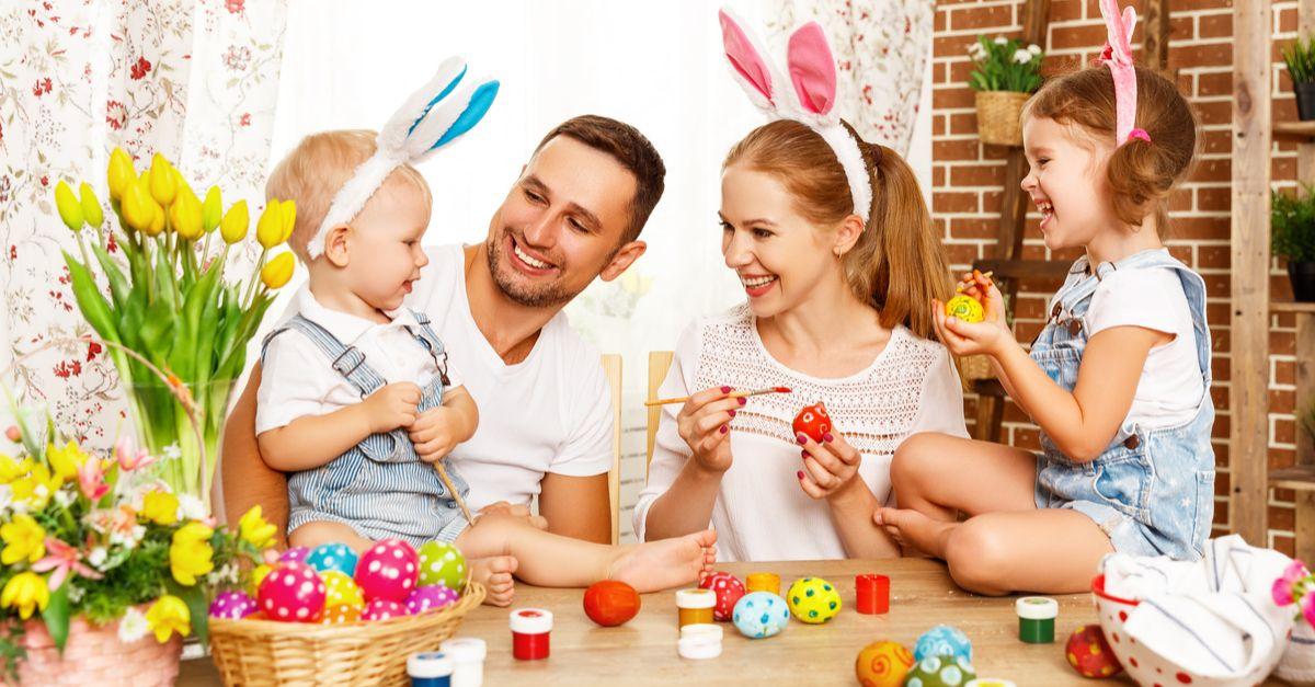 Familie bemalt Eier zu Ostern