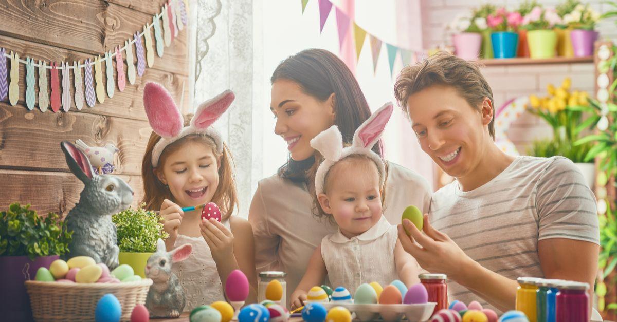 Familie feiert Ostern