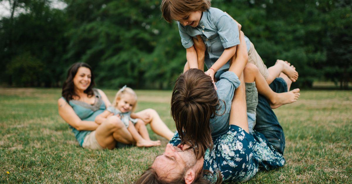 Familie tobt im Park
