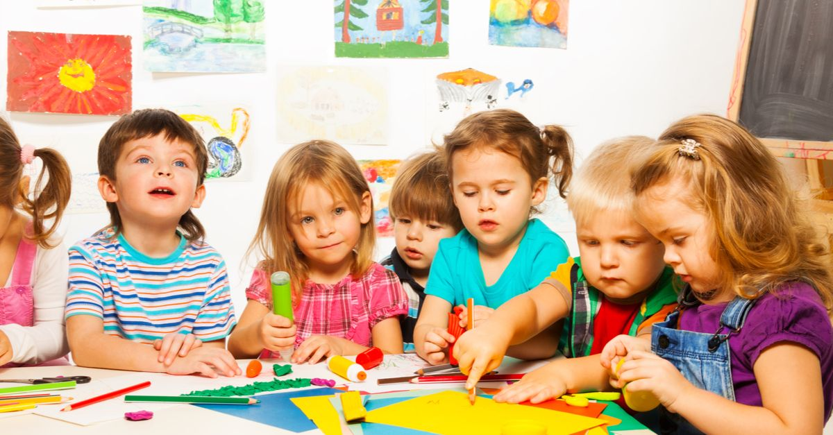 Kindergartenkinder basteln