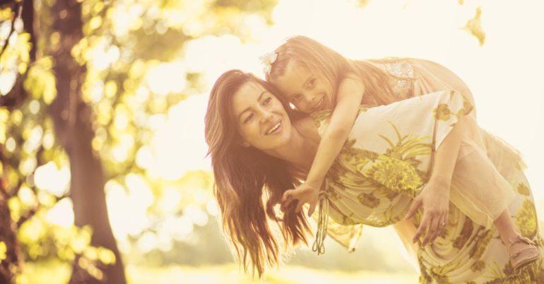 Mama trägt Tochter