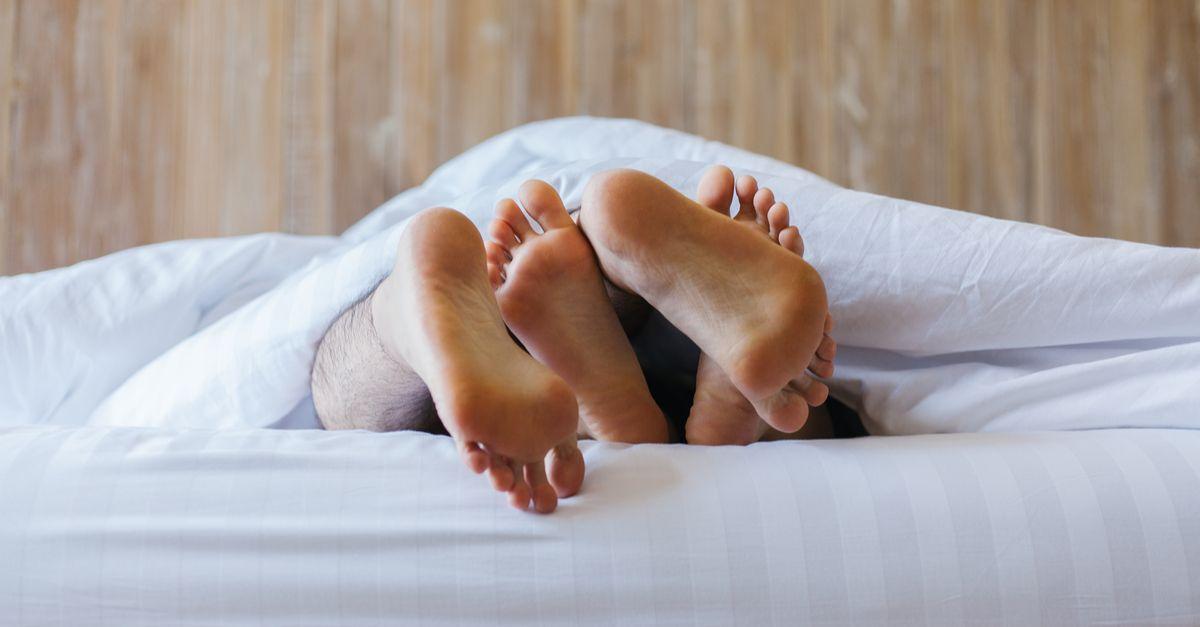 Paar im Bett Füße