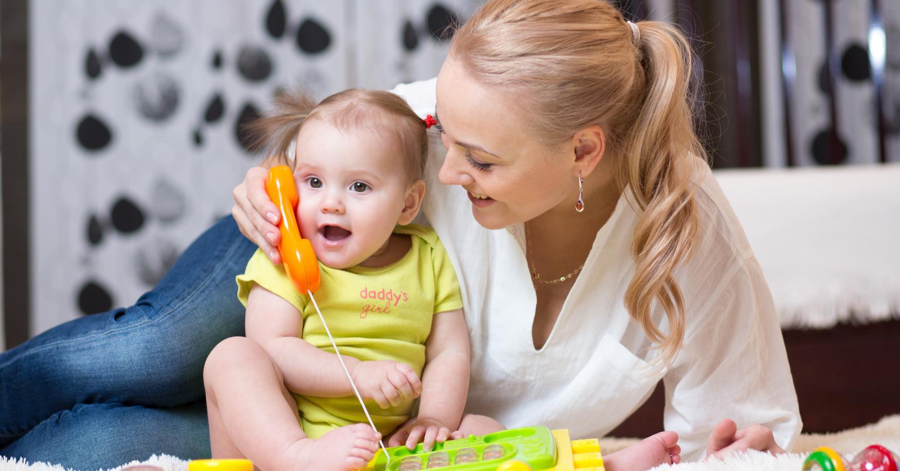 Mama und Kleinkind üben sprechen