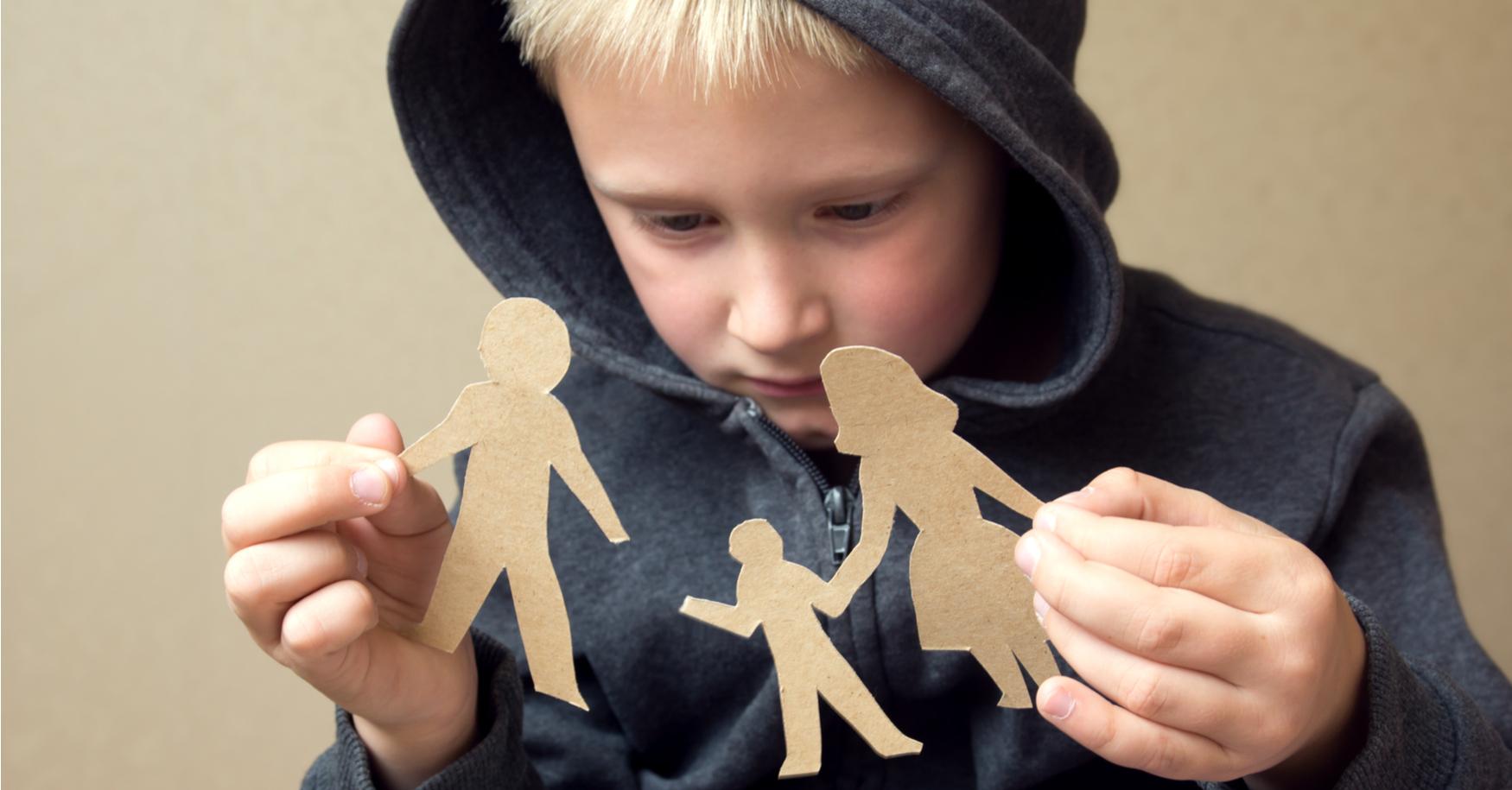 Junge sieht Trennung der Eltern