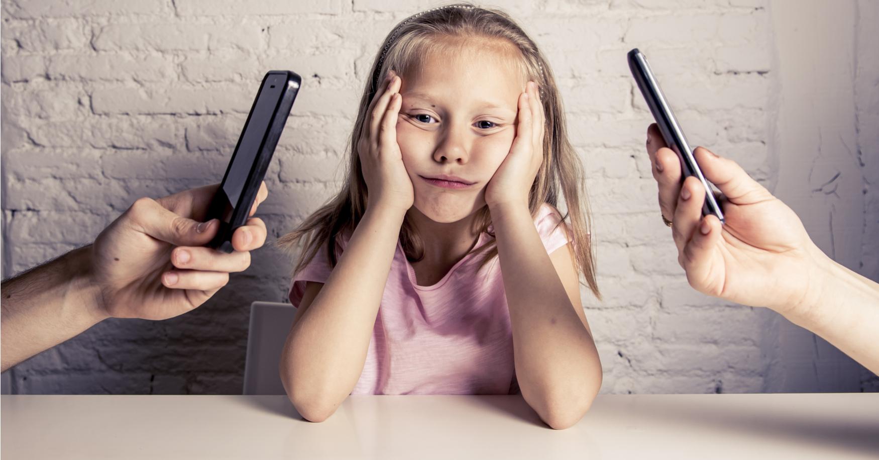Kind sieht Eltern mit Handy