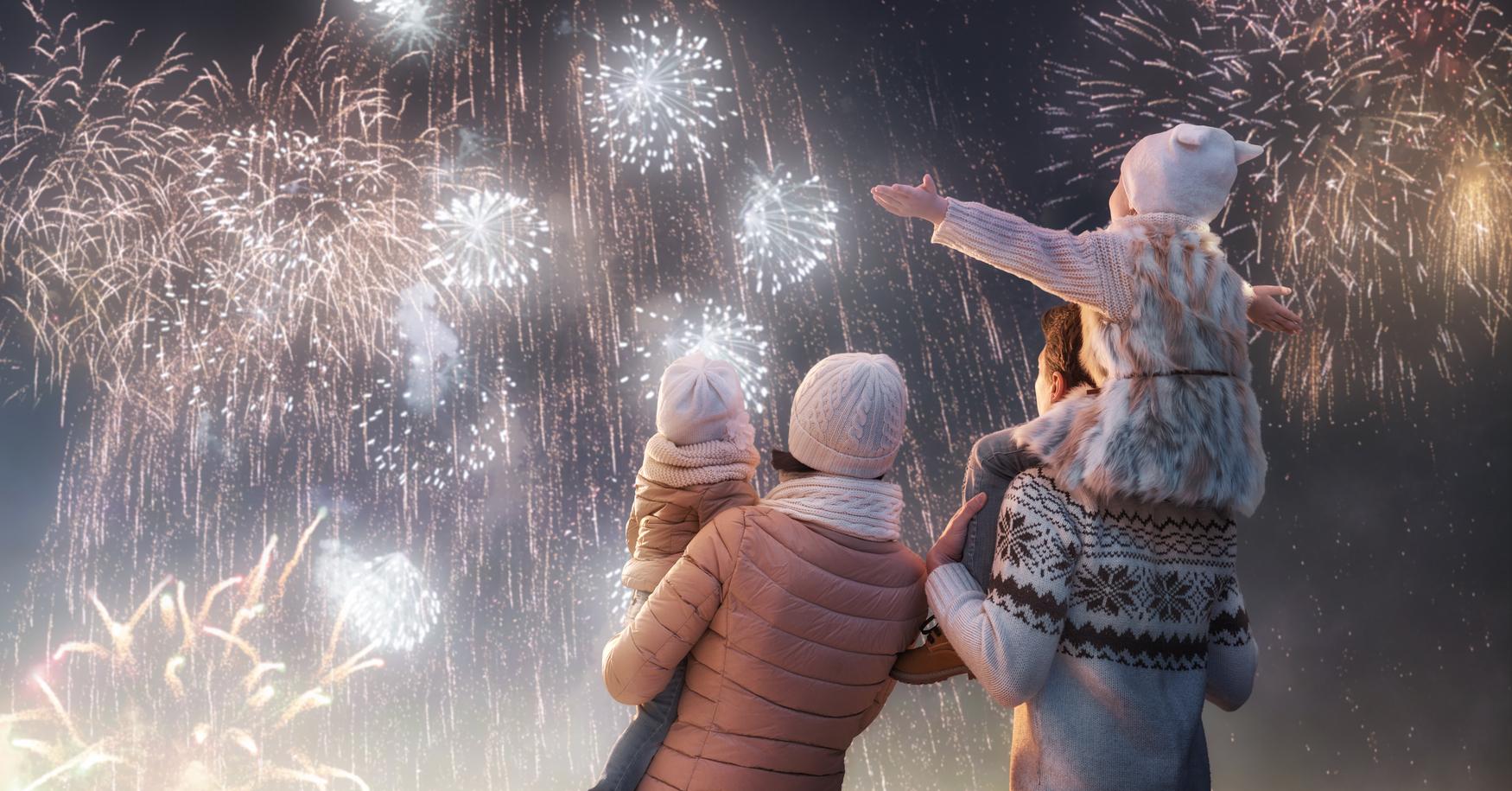 Familie betrachtet Feuerwerk