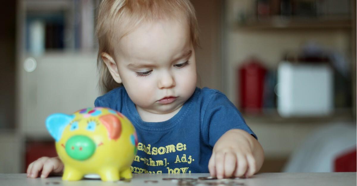baby spart mit sparschwein