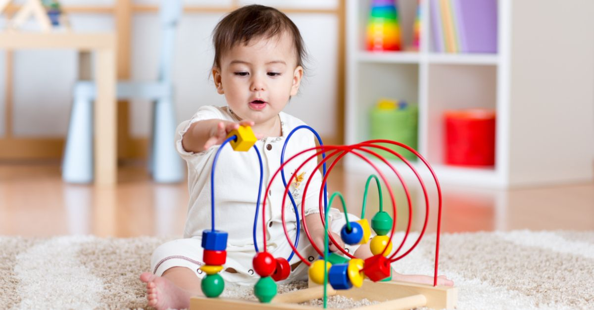 Kleinkind spielt in Kinderzimmer