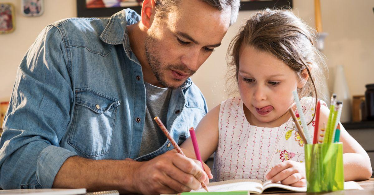 Vater lernt mit Tochter Schreiben