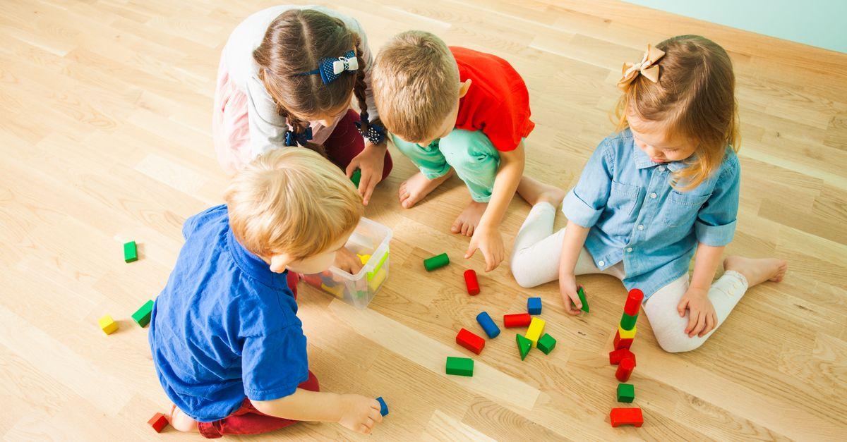 Kinder spielen Bauklötze