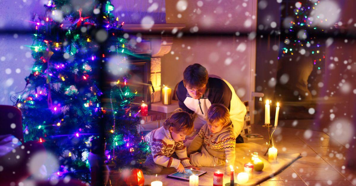 familie unter dem christbaum