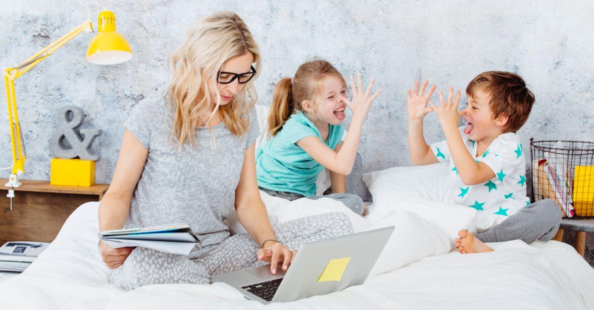 Mama arbeitet am Laptop Kinder spielen