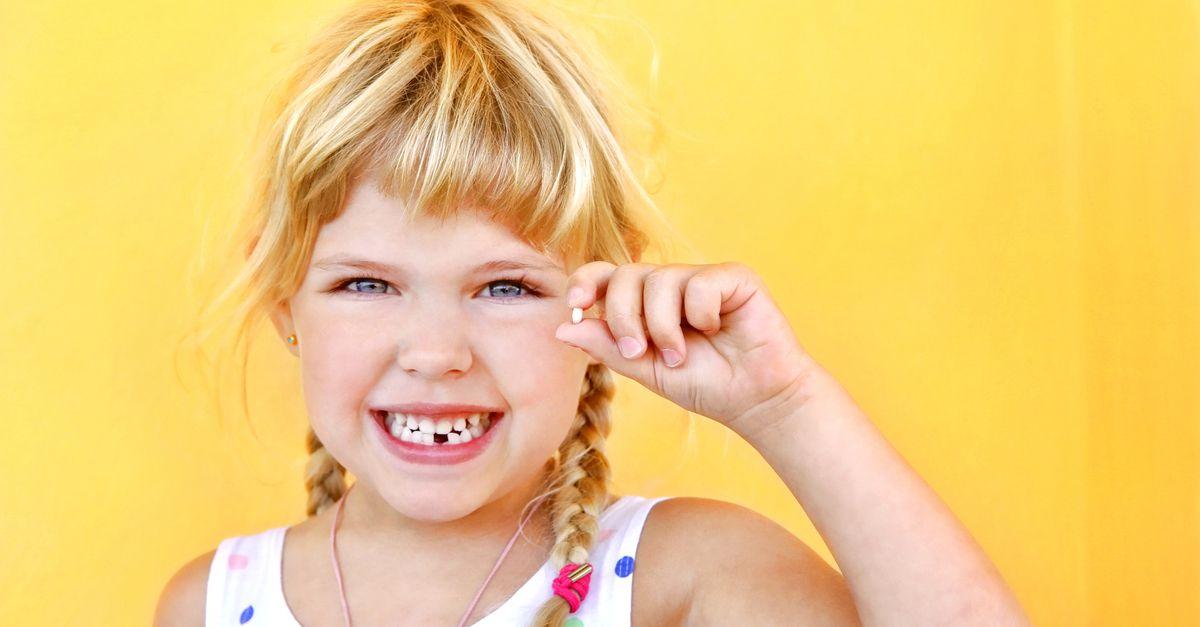Mädchen stolz auf ersten Zahnverlust