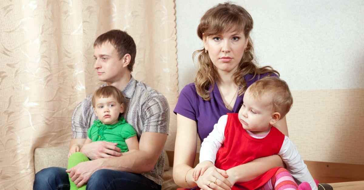 Eltern sitzen mit Kindern getrennt