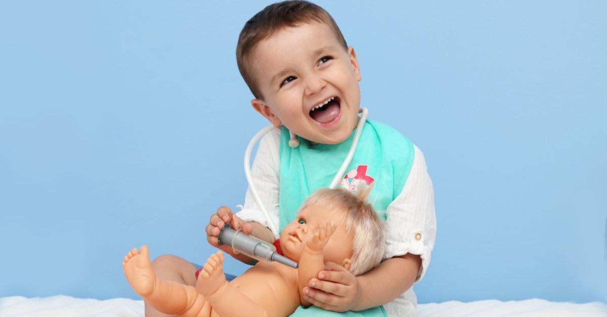 Junge impft Puppe