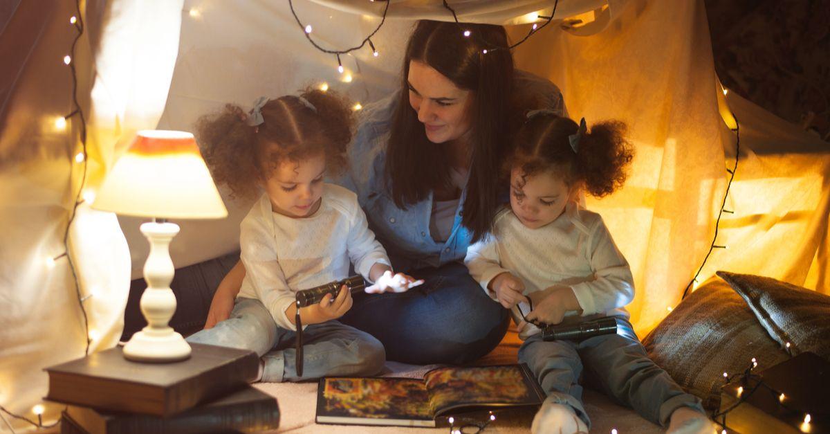 Mama spielt mit Zwillingen zu Hause