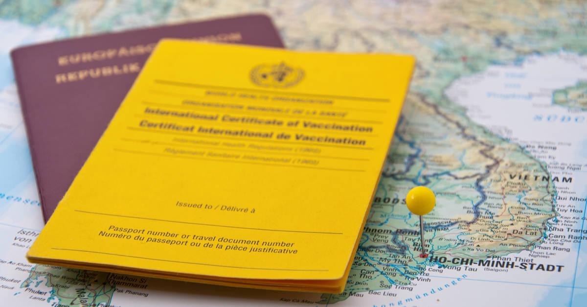 Reisepass, Impfpass und Karte von Vietnam