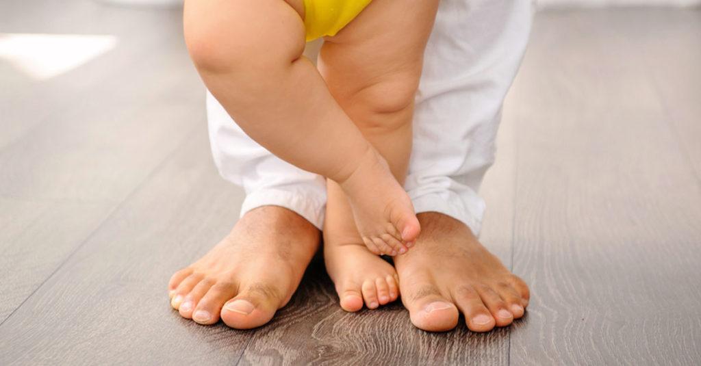 Ab wann kann ein Baby stehen?