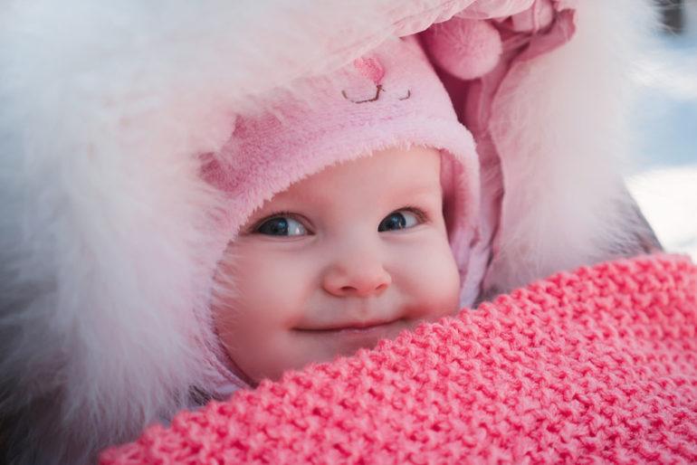 Baby lächelt im Winter