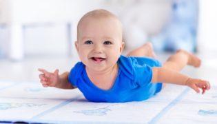 Wann fängt mein Baby an zu krabbeln?