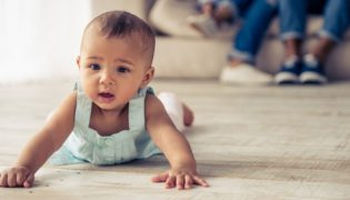 Soll ich mein Baby beim Krabbeln fördern?