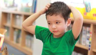 So erkennen Sie Läuse bei Kindern