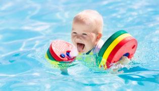 Schwimmhilfen für ein Baby