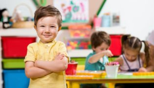 Kind stört im Kindergarten